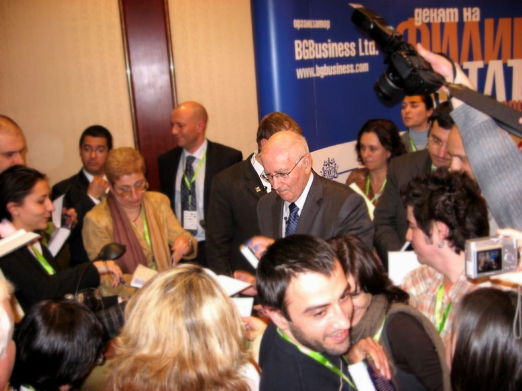 Kotler signing books at the seminar in Sofia